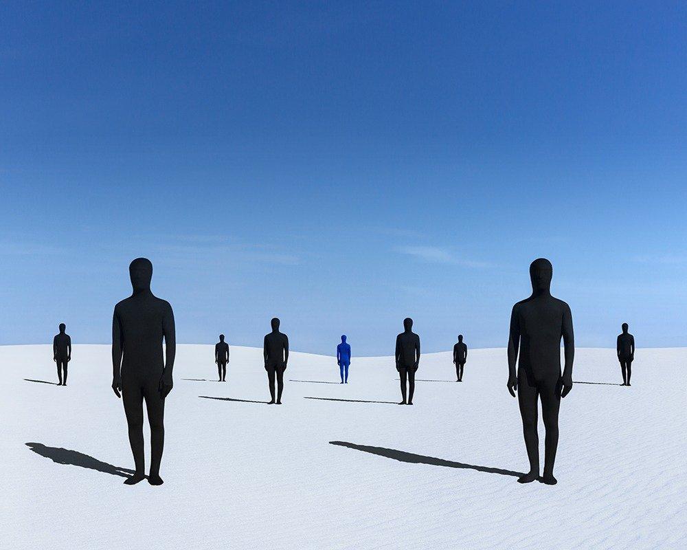 Gabriel Isak photo: Crowd in sand desert